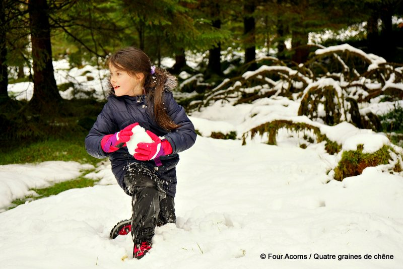 girl-kneeling-snow-snowball-pink-gloves