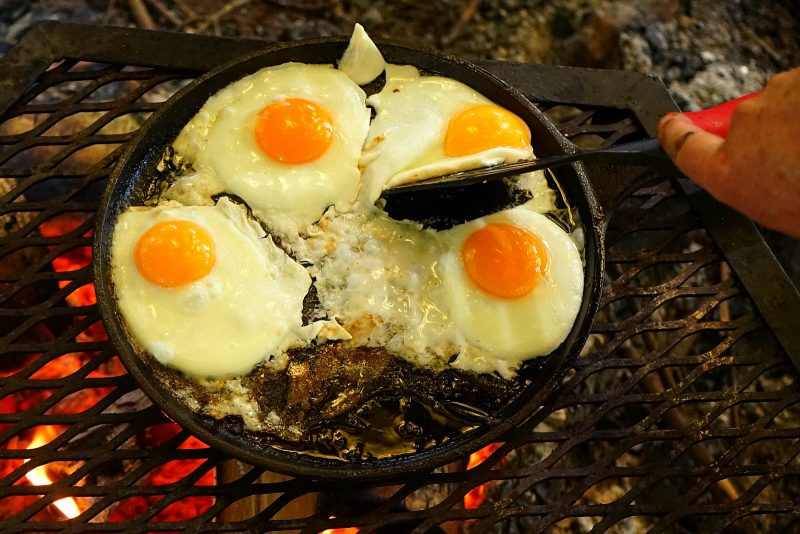 campfire-cooking-eggs-cast-iron-skillet