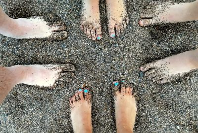 sandy-toes-beach-dark-sand-family